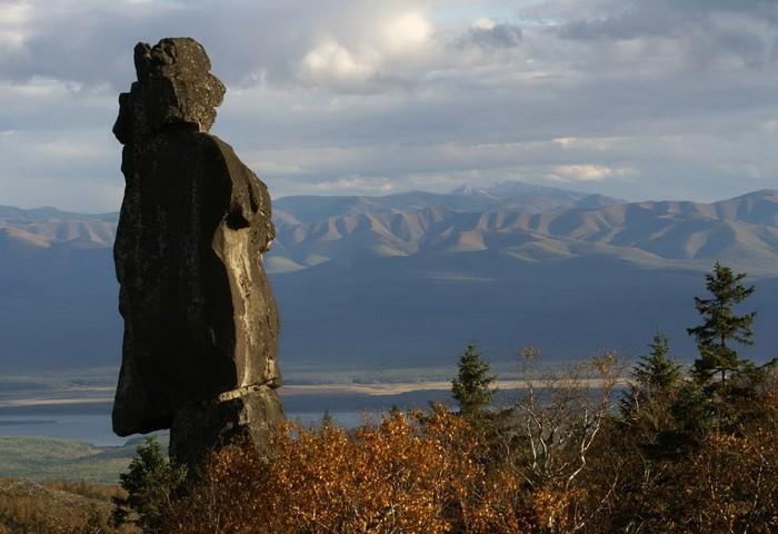 Амурские столбы. Вид с Собаки-Камня на Шаман-камень и Сихоте-Алинь