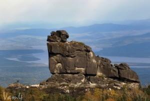 Амурские столбы. Вид с южной стены на Шаман-камень. Автор Vam4