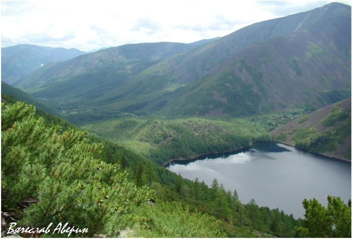 Озеро Омот. Вид с западного берега-горы