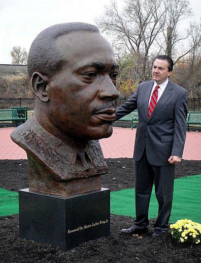 Скульптор Zenos Frudakis. Бронзовый бюст Мартина Лютера Кинга младшего