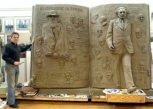 Скульптор Zenos Frudakis. Работа над скульптурой Знание-сила