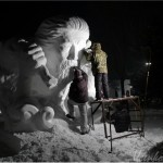 Ночные снежные скульптуры. Фото с монументальными корейцами