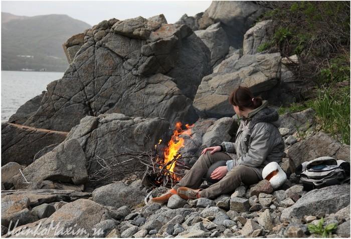 Бухта Витязь. Огонь создает уют, особенно в пасмурную погоду. Май 2010