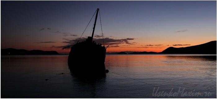 Полуостров Гамова. Бухта Витязь на закате. Старая китобойная шхуна