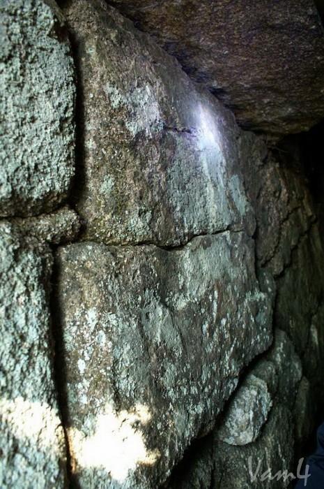 Амурские столбы. Вход в пирамиду. Левая стена. Автор Vam4