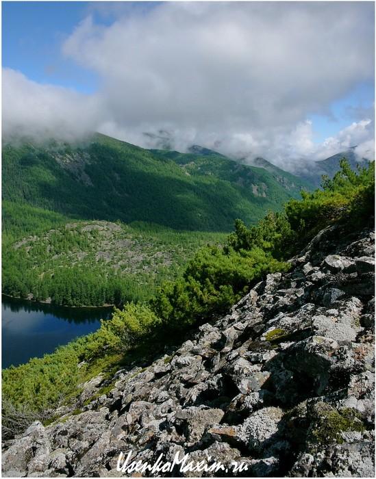 Баджальский хребет. Берега озера Омот - горы курумника