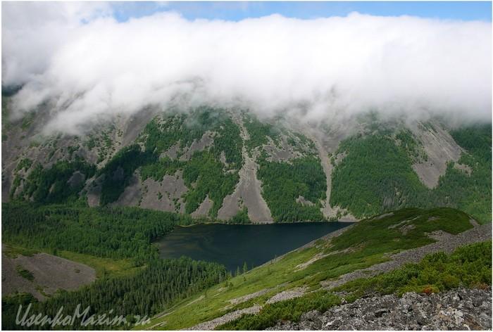 Баджальский хребет. Озеро Омот. Облака все более покрывают озеро