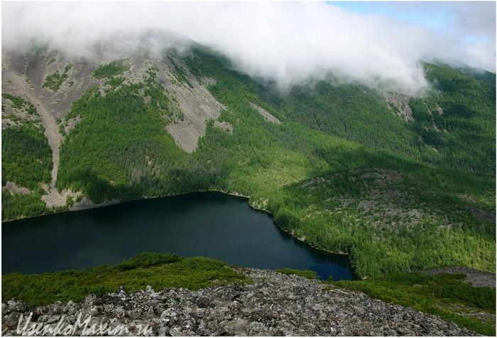 Баджальский хребет. Озеро Омот. В нижнем правом углу вытекает река Омот-Макит