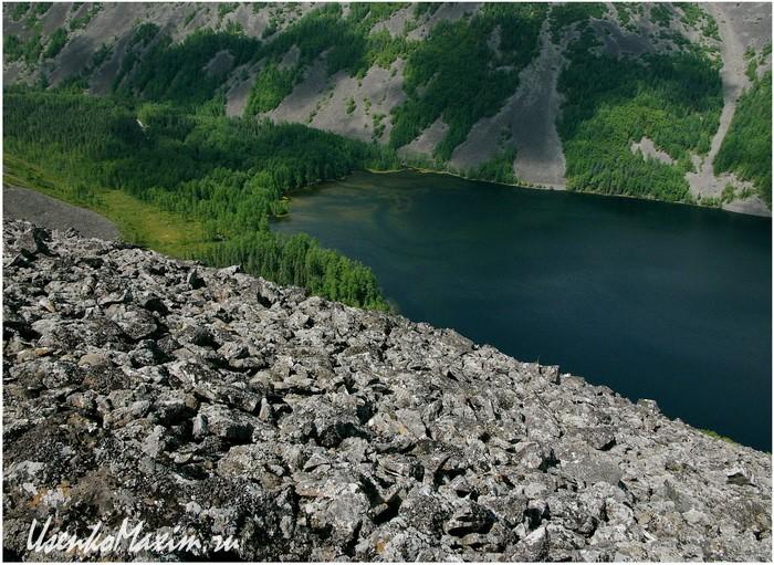 Баджальский хребет. Озеро Омот. В центре кадра лесок с базой