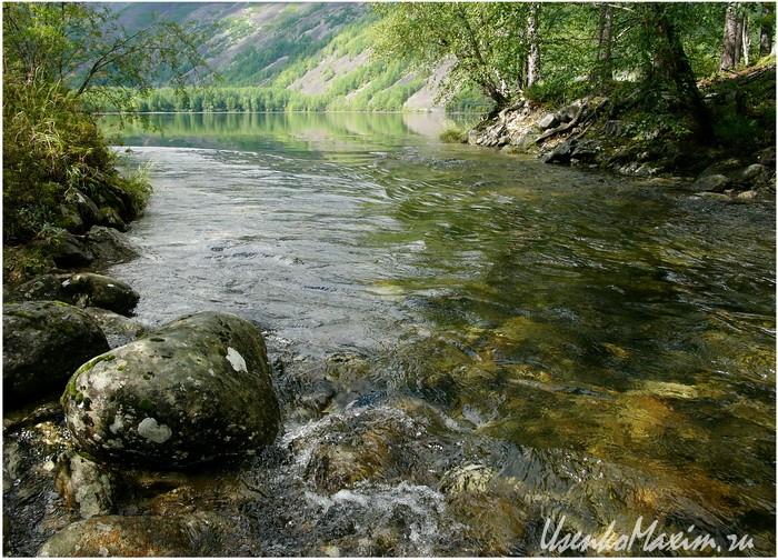 Река Омот-Макит на выходе из озера Омот