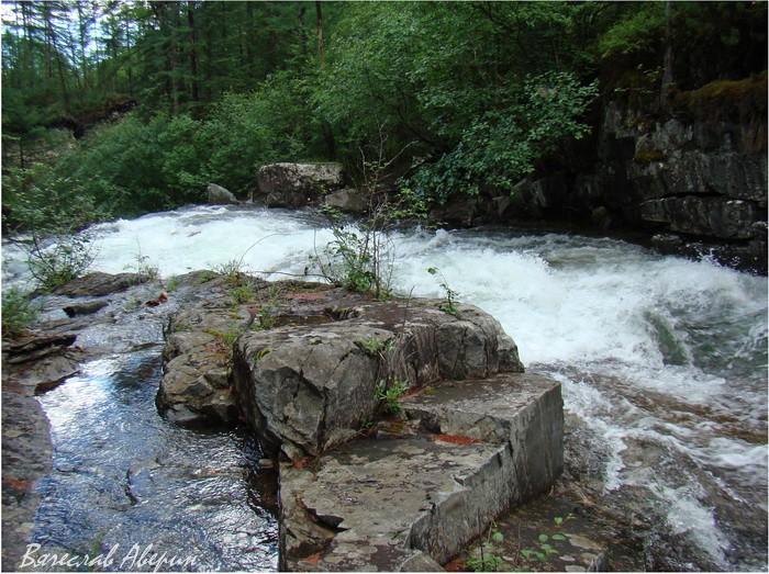 Река Омот-Макит в ста метрах от выхода из озера Омот