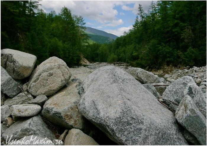 Река Омот-Макит. Здесь только весной весной шлифуются эти камни