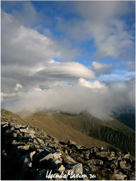 Badzhalskiy-hrebet.-Tipichnoe-gornoe-oblako