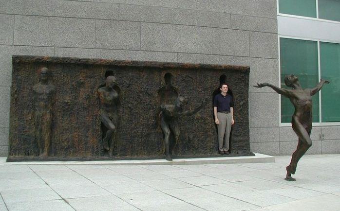 Скульптор Zenos Frudakis. Бронзовая скульптура в Филадельфии вторая