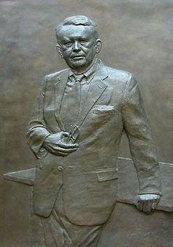 Скульптор Zenos Frudakis. Бронзовый барельеф