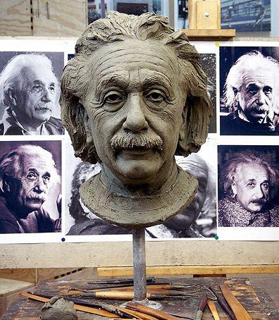 Скульптор Zenos Frudakis. Глиняный бюст Эйнштейна