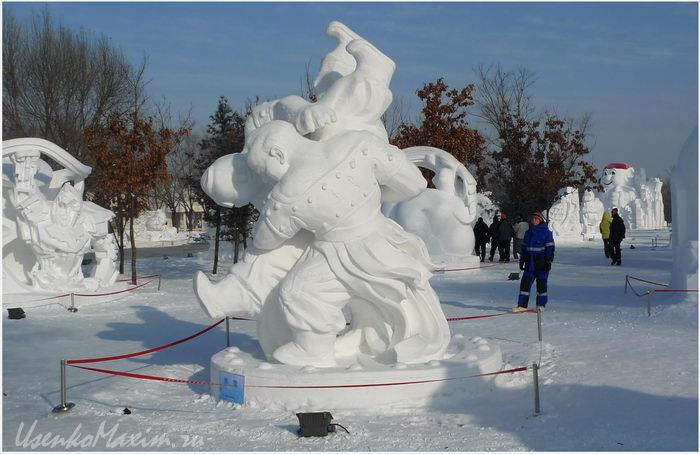 Skul'ptura-iz-snega-Zabavnye-borcy