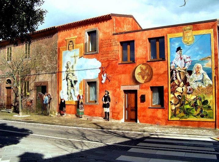 Расписные дома. Картины на стенах. Роспись на одном в одном из городков Сардинии. Италия