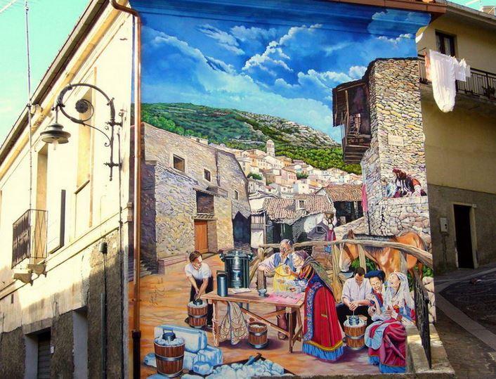 Расписные дома. Картины на стенах. Вторая роспись на одном в одном из городков Сардинии. Италия