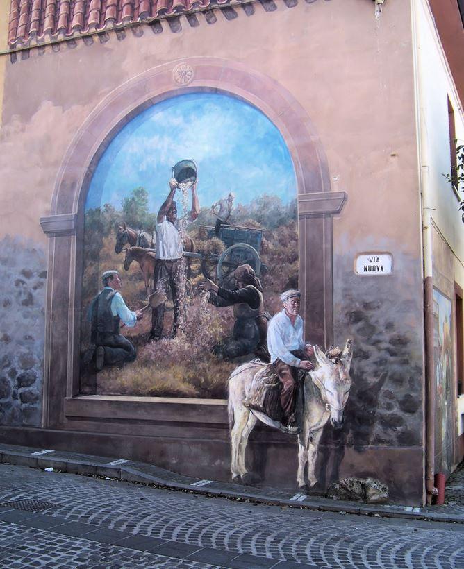 Расписные дома. Картины на стенах.. Шестая роспись в городке Тиннура. Сардиния