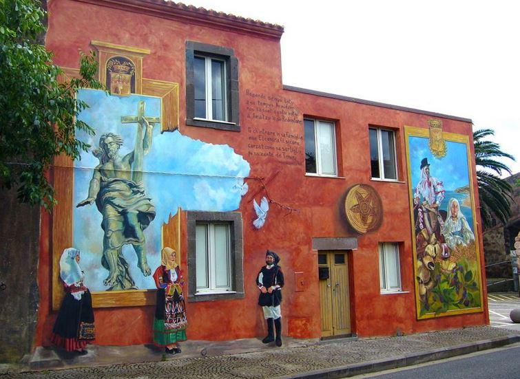 Расписные дома. Картины на стенах.. Третья роспись в городке Тиннура. Сардиния