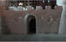 Барельефы в снежной крепости вечером