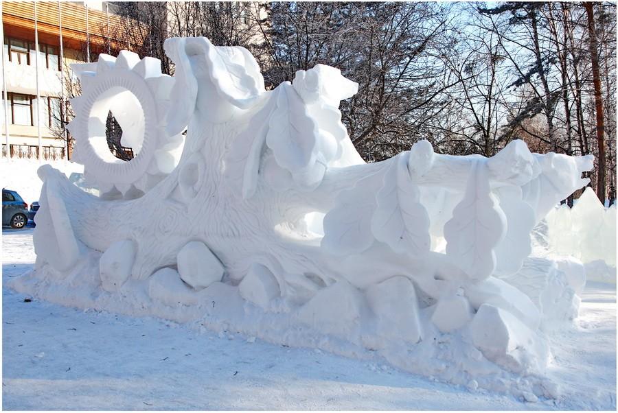 Дубовые листья, желуди и стилизованное солнышко из снега