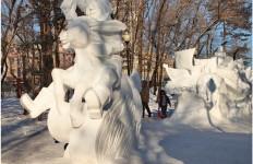 Конек-Горбунок из снега