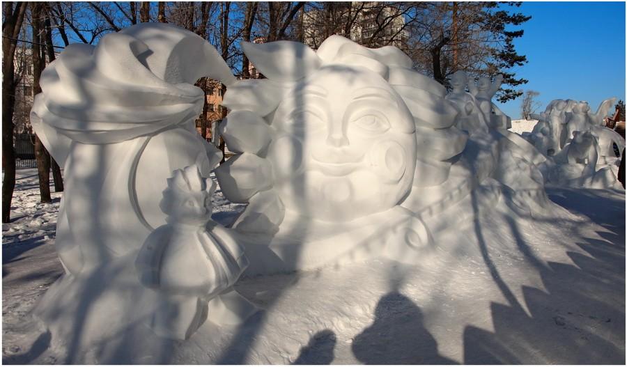 Месяц и Солнце. Снеговики и ... сами догадайтесь кто на переднем плане