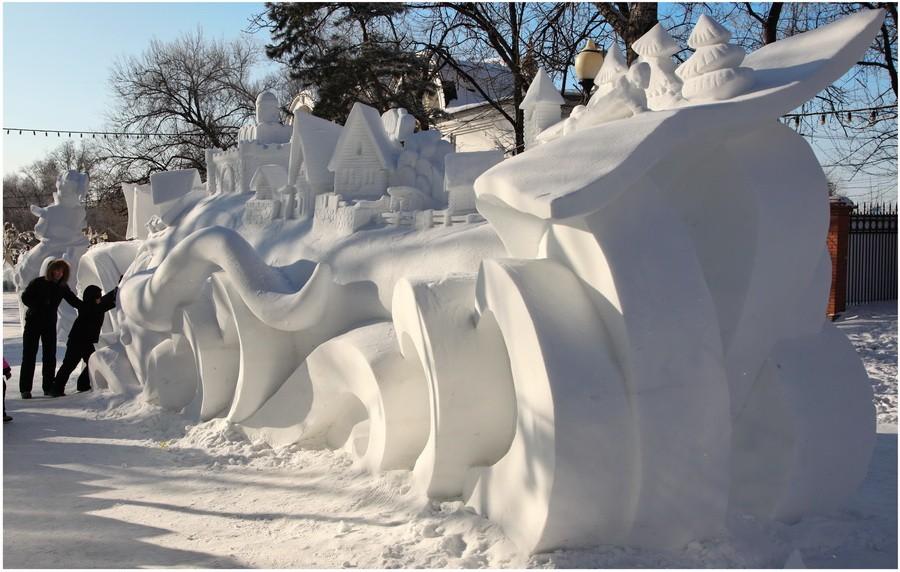 Снежная чудо-юдо Рыба-кит, кораблики и дельфины. Другой ракурс. Деревушка из снега
