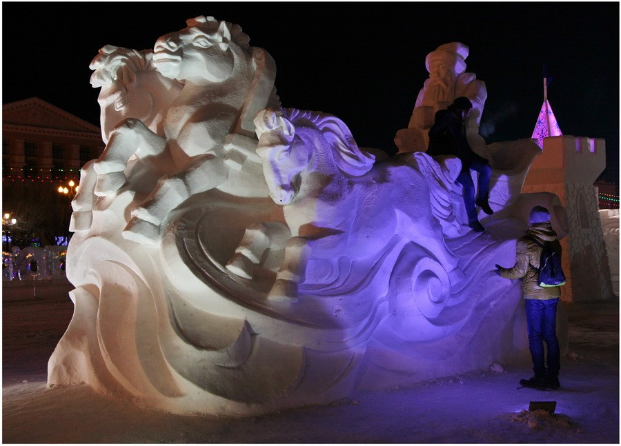 Снежная скульптура в Хабаровске. Дед Мороз и его снежные лошади. Ночной вид в другой стороны