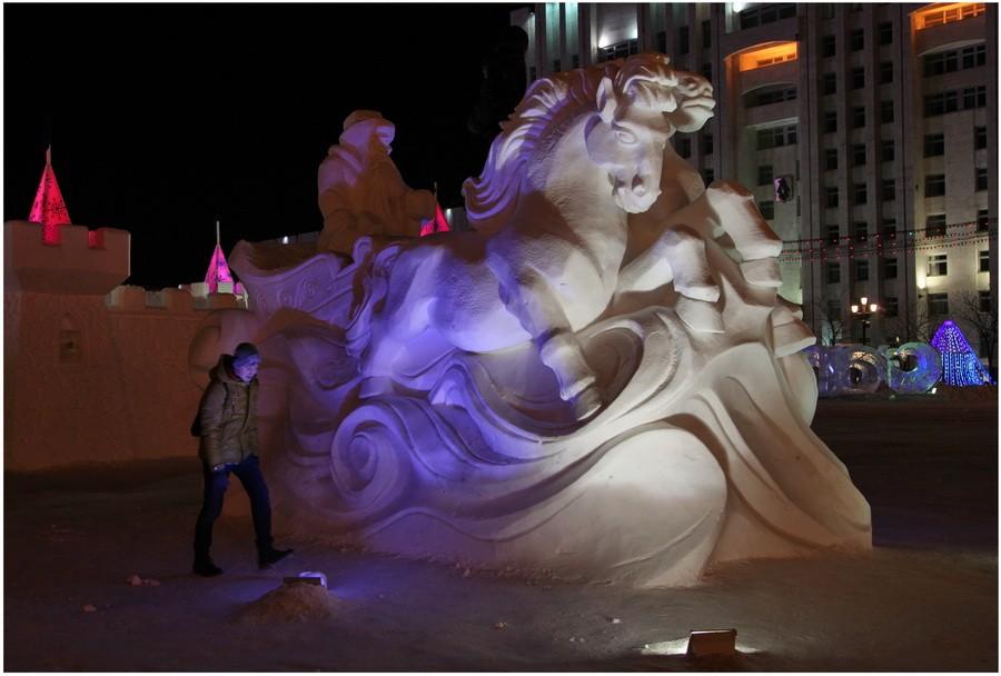 Снежная скульптура в Хабаровске. Дед Мороз и его снежные лошади. Ночной вид