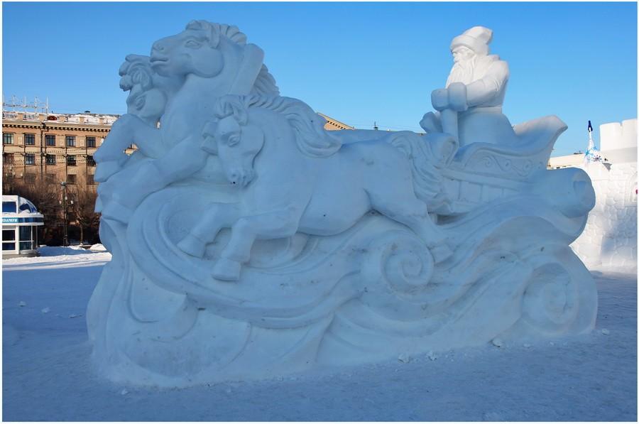 Снежная скульптура в Хабаровске. Дед Мороз и его снежные лошади. Скульптурный очень антивандальный монументализм